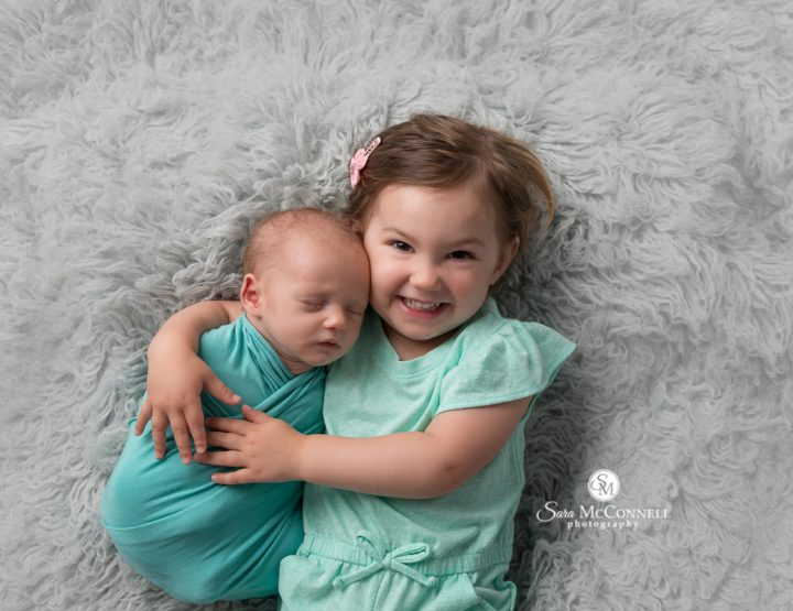 Ottawa Newborn Photographer | Doting big sister